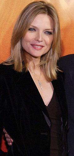 Mamás Hollywood - Michelle Pfeiffer. Se podría decir al mirar a Michelle Pfeiffer y a sus 46 años que ha hecho algún tipo de pacto al estilo del retrato de Dorian Gray, im-presionante mirar a la cara y al cuerpazo de esta gran actriz, que se casó con David E. Kelly en 1993 y con el que tiene dos hijos.