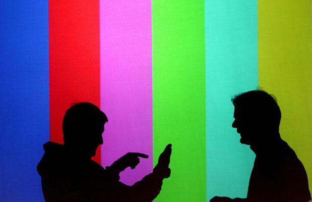 09 marzo galeria - cebit. En CeBIT, la mayor feria de tecnología del mundo, puede verse lo último en materia de comunicación y telecomunicaciones. En la imagen, unos técnicos hacen pruebas de proyección.