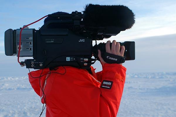 Focas matanza galeria - cámara. Rebecca Aldworth y sus compañeros están grabando las imágenes que se distribuirán en el mundo entero. Varios grupos ecologistas ya han anunciado que impulsarán un boicot contra el pescado canadiense al tiempo que se difundan las primeras cintas y fotografías de las focas muertas.