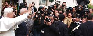 Ratzinger saluda a los fotografos