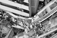Al menos 59 muertos al descarrilar un tren en Japón