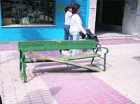 Un banco incómodo en calle Huéscar