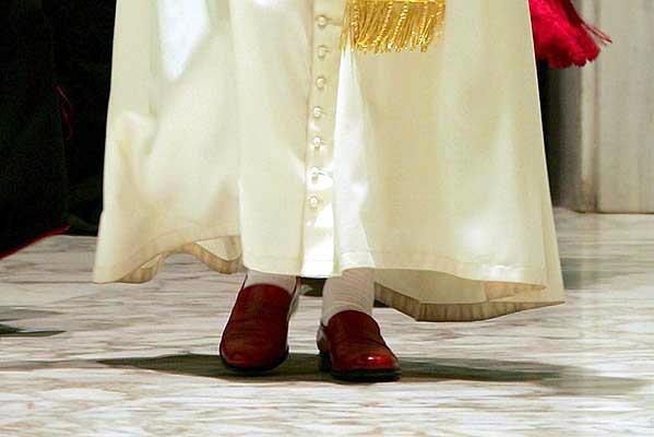 16 mayo galeria - papa zapatos.  Un Papa con mucho estilo. Con estos zapatos ha llegado hoy Benedicto XVI a la recepción de 2.500 peregrinos en el Vaticano, que han acudido a Roma para la ceremonia de beatificación de Nicol Goñi y de la estadounidense Barbara Cope.