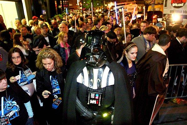 Galería Galaxias fans NY. En el día del estreno mundial de La Venganza de los Sith los fans han sido los protagonistas de la saga. Caracterizados como sus personajes favoritos han acudido a los cines para deleitarse con el último eslabón de 'La Guerra de las Galaxias'.