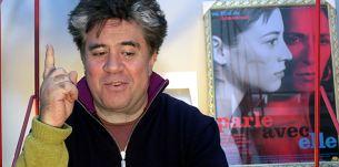 Pedro Almodóvar con un cartel de Hable con ella