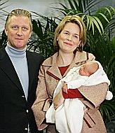 Felipe y Matilde de Bélgica con el Príncipe Emmanuel