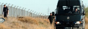 Agentes de la Guardia Civil rastrean el aeropuerto de Zaragoza (EFE).