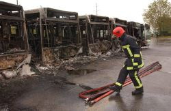 Restos de los autobuses calcinados en un barrio periférico de París