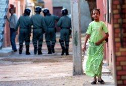 Agentes de las fuerzas antidisturbios marroquíes recorren las calles de El Aaiún