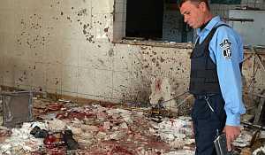 Un policía investiga el restaurante iraquí en el que un suicida ha matado al menos a 35 personas (AP).