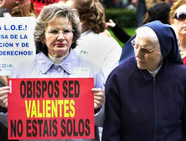 fotogaleria loe mani. Una monja observa el cartel que muestra una mujer, en la manifestación contra la Ley Orgánica de Educación (LOE), convocada por diez organizaciones hoy por el centro de Madrid, en la que participaron decenas de miles de personas.
