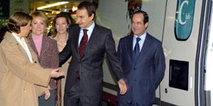 Zapatero cede el paso a la ministra de Fomento al subir al nuevo AVE (EFE).