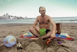 Bush, con cubo y pala, en Mar del Plata