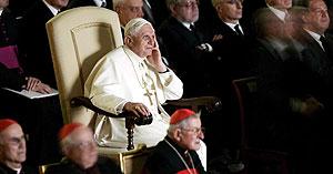 El papa Benedicto XVI asiste con atención al preestreno mundial de la película sobre la vida del papa Juan Pablo II (EFE)