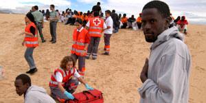 Los inmigrantes son atendidos en la playa de Fuerteventura