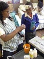 Un niño recibe su tratamiento contra el sida (Reuters).