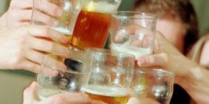 Un brindis con pintas de cerveza (FOTO: British Council).