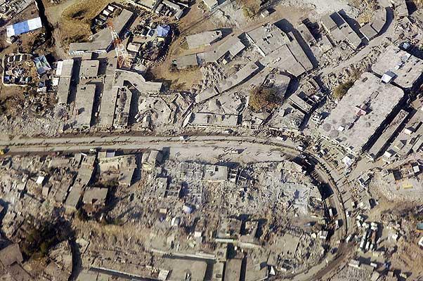 251105 - terremoto. Vista aérea de la ciudad de Balakot, Pakistán. Así han quedado muchas ciudades después del terremoto del pasado 8 de octubre que causó la muerte a 86.000 personas.