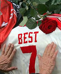 Flores y mensajes para el jugador del Manchester (Reuters)