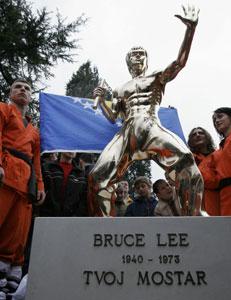 La estatua está hecha en bronce y mide 1,70 metros