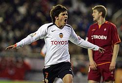 El jugador del Valencia, David Villa, celebra el primer gol marcado al Celta