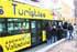 Al bus turístico le sobran plazas, sólo lleva diez personas en cada viaje