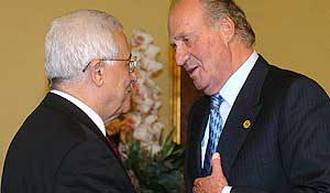 El Rey saluda a Mahmud Abbas (Efe).