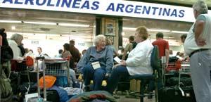 Un grupo de turistas espera la salida de su vuelo en el aeropuerto de Ezeiza
