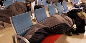 Pasajeros pasan la noche en el aeropuerto por la tormenta Delta (EFE).