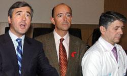 Acebes, Lamela y un doctor del hospital de móstoles atienden a la prensa (EFE).