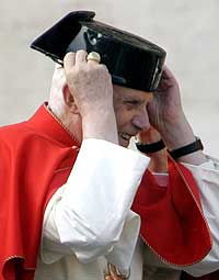 Benedicto XVI luciendo tricornio (AP)