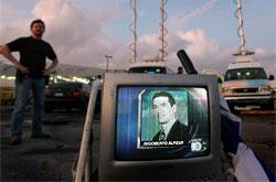 Un televisor muestra una foto de Riboberto Alpízar