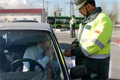 Un agente realiza un control de alcoholemia este viernes en Madrid