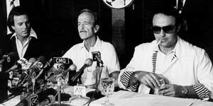 El doctor Iglesias Puga, junto a su hijo, Julio, en la rueda de prensa tras su secuestro (Efe).