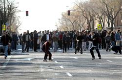 Un grupo de alumnos se enfrenta a la Policía
