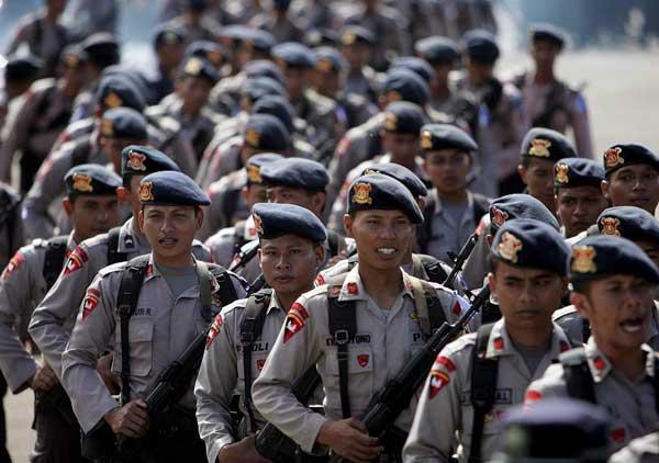 Galería 23-12 Policías indonesios. La policía indonesia, que hoy desfiló en el cuartel central de la de Yakarta, incrementará las medidas de seguridad en las 647 iglesias y lugares de culto cristiano en la ciudad y la zona suburbana durante las fiestas de Navidad y Año Nuevo.