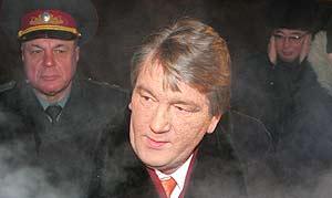 El presidente ucraniano, Viktor Yushchenko, a su llegada a Kazajistán. (Reuters)