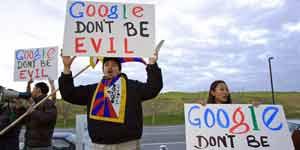 Estudiantes se manifiestan contra la decisión de Google ante la sede de la compañía