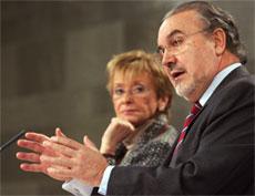De de la Vega y Solbes informan a la prensa sobre las resoluciones adoptadas en el Consejo de Ministros (Foto: Efe)