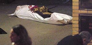 El cadáver de la mujer tras el tiroteo en la calle Cervantes de Zaragoza.