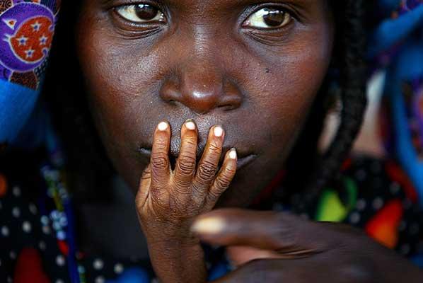 World Press Photo - 1. El fotógrafo canadiense Finbarr O'Reilly fue proclamado hoy ganador del galardón Foto del Año dentro del 'World Press Photo 2005', con una imagen de una mujer nigeriana y su hijo, afectado por la hambruna.