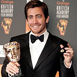 Jake Gyllenhaal con su premio al mejor actor secudnario por 'Brokeback Mountain' en los Bafta. (Reuters)