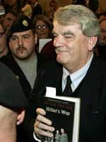 David Irving muestra su libro La guerra de Hitler a su llegada al juicio (Foto: Efe)