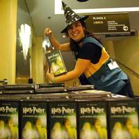 Una empleada de FNAC muestra un ejemplar de Harry Potter (Foto: Efe)