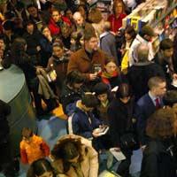 La gente se agolpaba para conseguir un ejemplar (Foto: Efe)