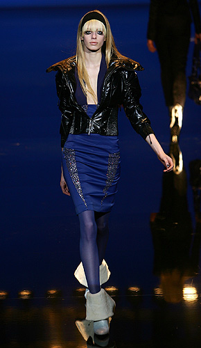 anorexia. Una modelo luce un conjunto azul en un desfile reciente. En las pasarelas del extranjero la polémica de la delgadez no ha causado tantas fricciones como en España.