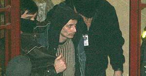 Agentes de la Ertzaintza durante la detención del presunto miembro de los Grapo Israel Torralba. (EFE)