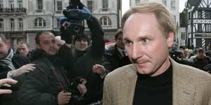 Dan Brown, a su llegada al juicio (Efe).