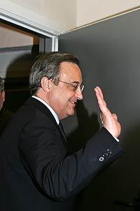 Florentino Pérez se despide tras la rueda de prensa en la que anunció su dimisión.