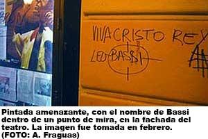 Pintada amenazante contra Leo Bassi (FOTO: A. Fraguas).